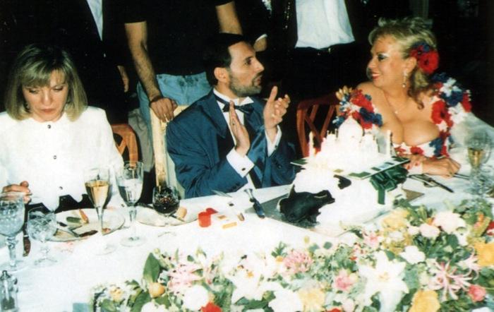 freddie-mercury-birthday-party-1990-with-mary-austin-and-barbara-valentin (1)