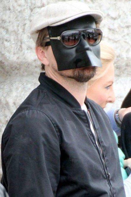 Yıl 2013, Venedik'tesiniz. Hava güneşli. Ama nasıl bir güneş… Güneş gözlüğü asla tek başına yeterli değil. O yüzden yanınızda taşıdığınız maskenizi çıkarıp hem cildinizi koruyor hem de öğle yemeğinizi şehrin sokaklarında yiyebiliyorsunuz.