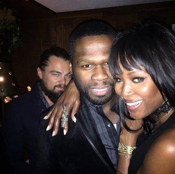 Şimdi elimizi vicdanımıza koyalım, kaçımız Naomi Campbell'la 50 Cent'i görmüşken o fotoğrafa girmeyiz ki? Leo'nun da en doğal hakkı. Ama o sinsi tebessümü açıklayamıyorum.